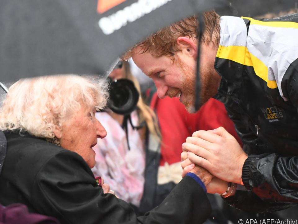 Prinz Harry gratulierte Daphne Dunne (l.) noch zum 99. Geburtstag