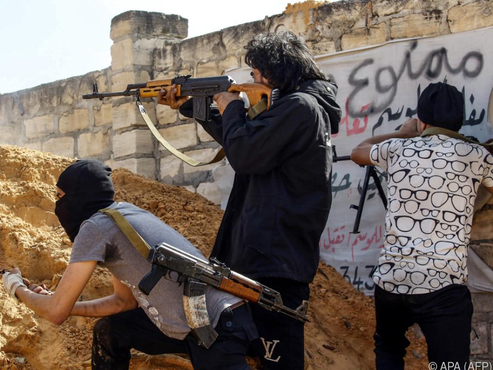Regierungskämpfer am Stadtrand von Tripolis