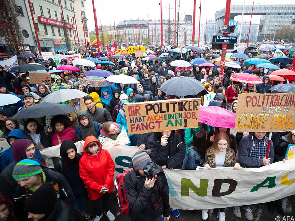 Schüler gehen wieder auf die Straße