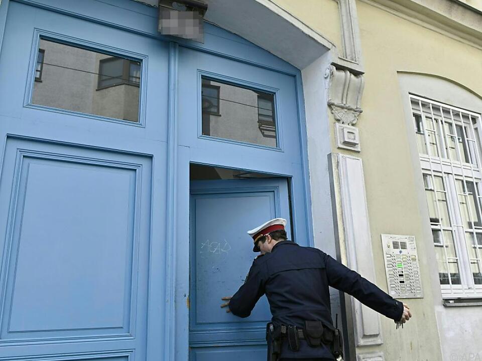 Sechs Wochen nach der Tat untersucht die Polizei den Tatort