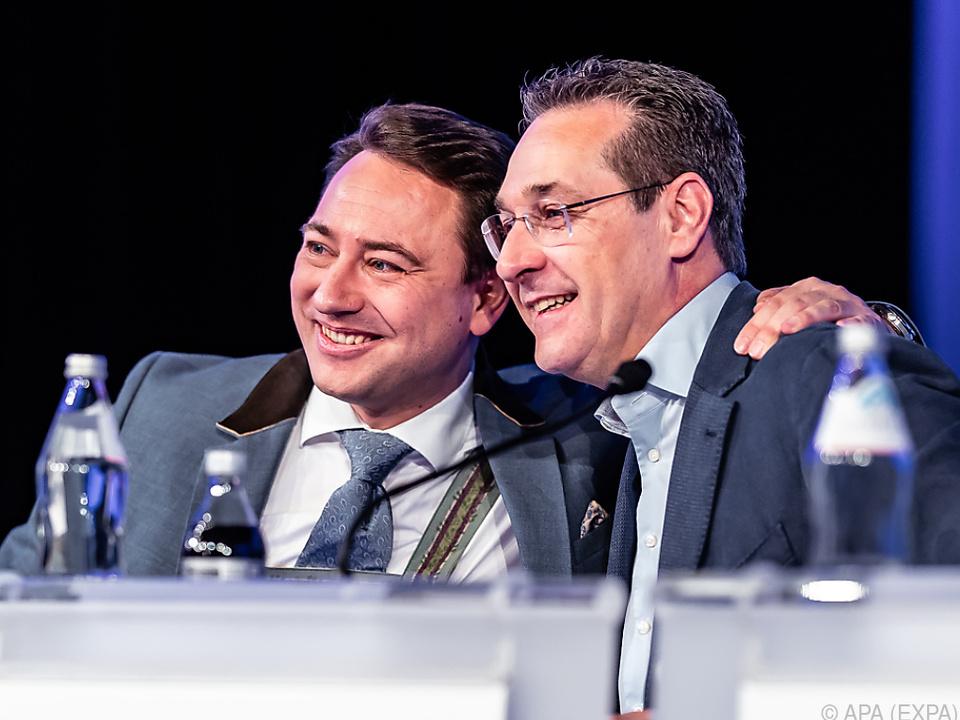 Strache mit Haimbuchner beim FPÖ-Landesparteitag in Oberösterreich