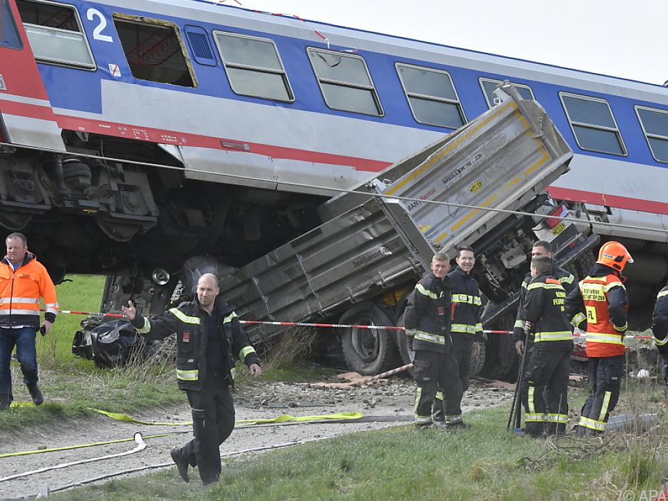 Zug landete auf Lkw