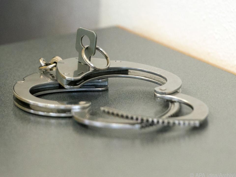Handschellen Die Frau konnte bis zum Eintreffen der Polizei festgehalten werden