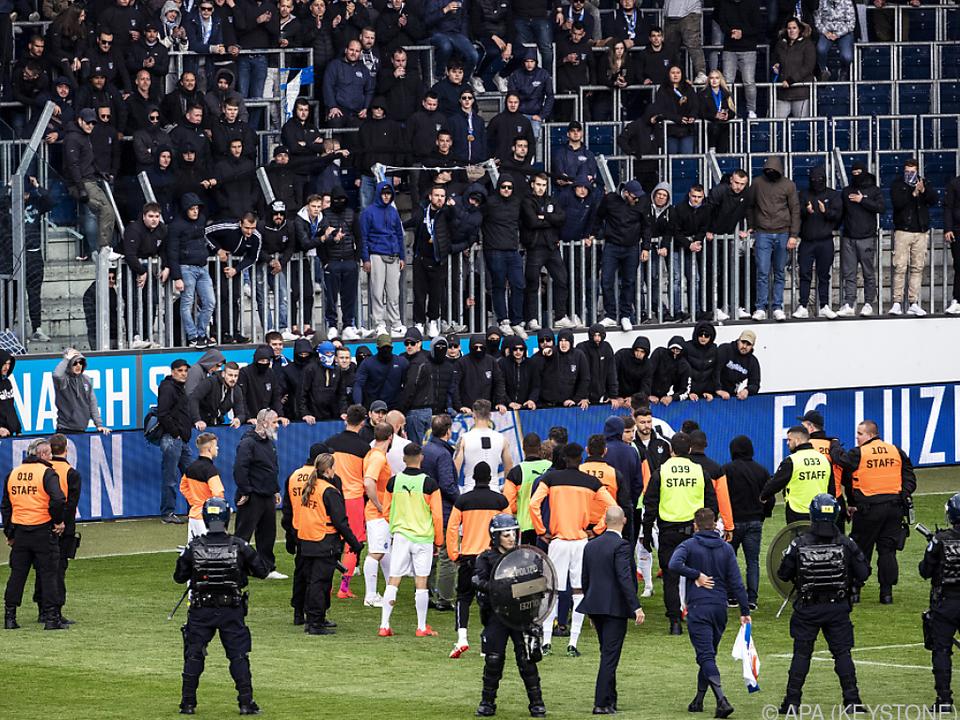 Hooligans zwangen die Spieler zur Herausgabe ihrer Dressen
