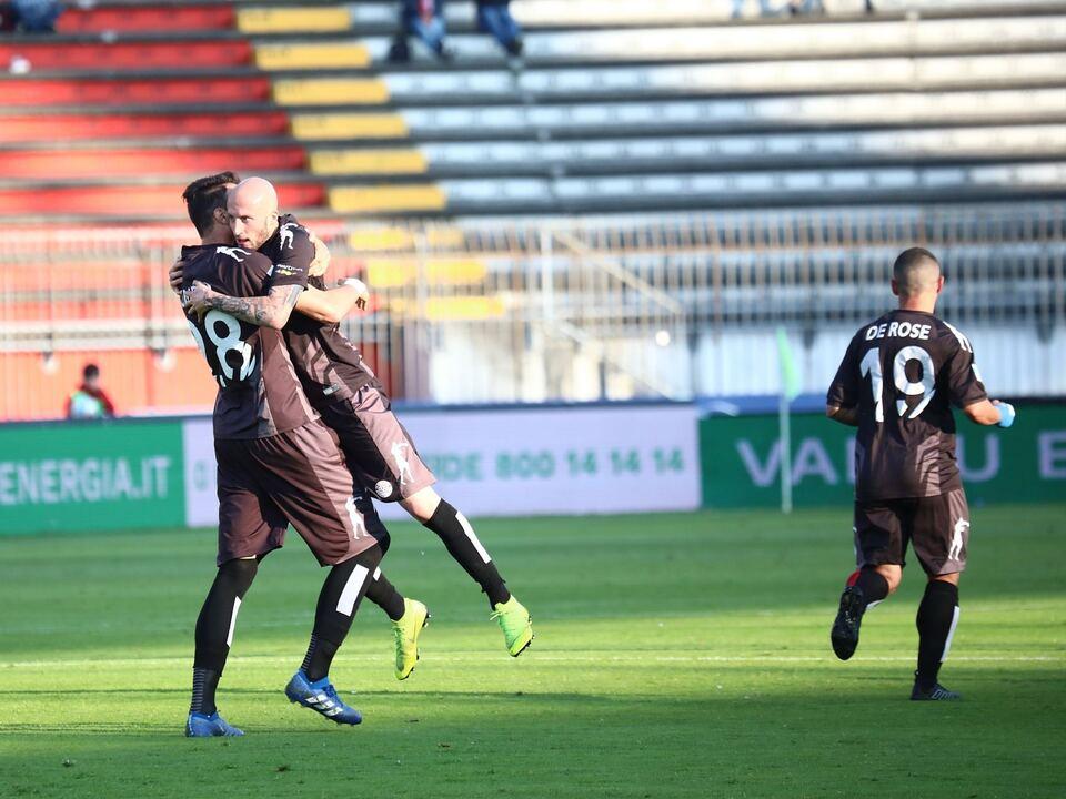Morosini, autore del gol biancorosso, esulta con Romero