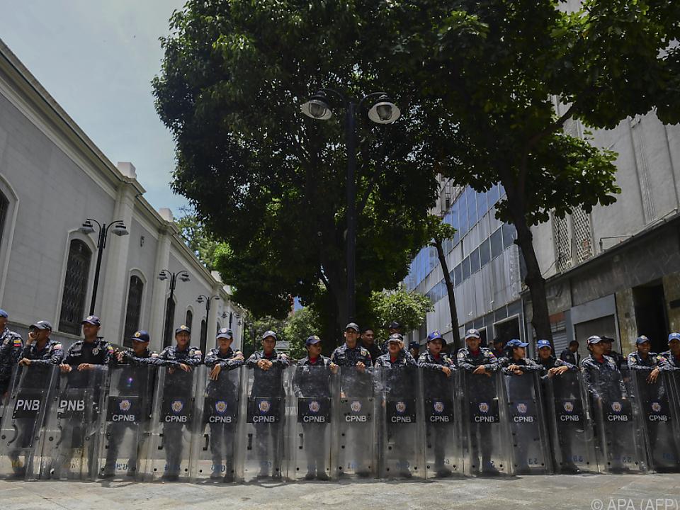 Polizeieinheiten versuchen Sitzung des Parlaments zu verhindern