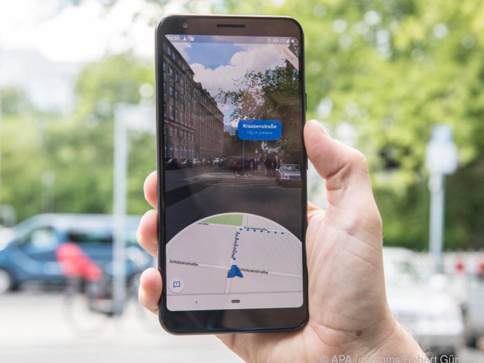 Straßenschilder und Gebäude helfen im AR-Navigationsmodus bei der Wegfindung