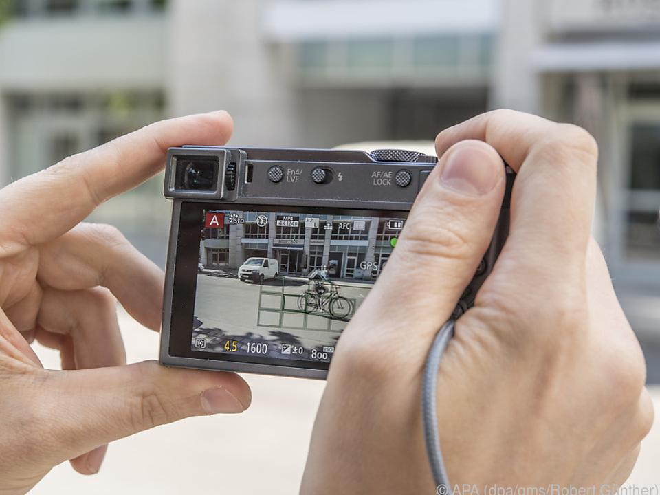 Durch Messfelder auf dem Display sieht man, wo die Kamera den Fokus setzt