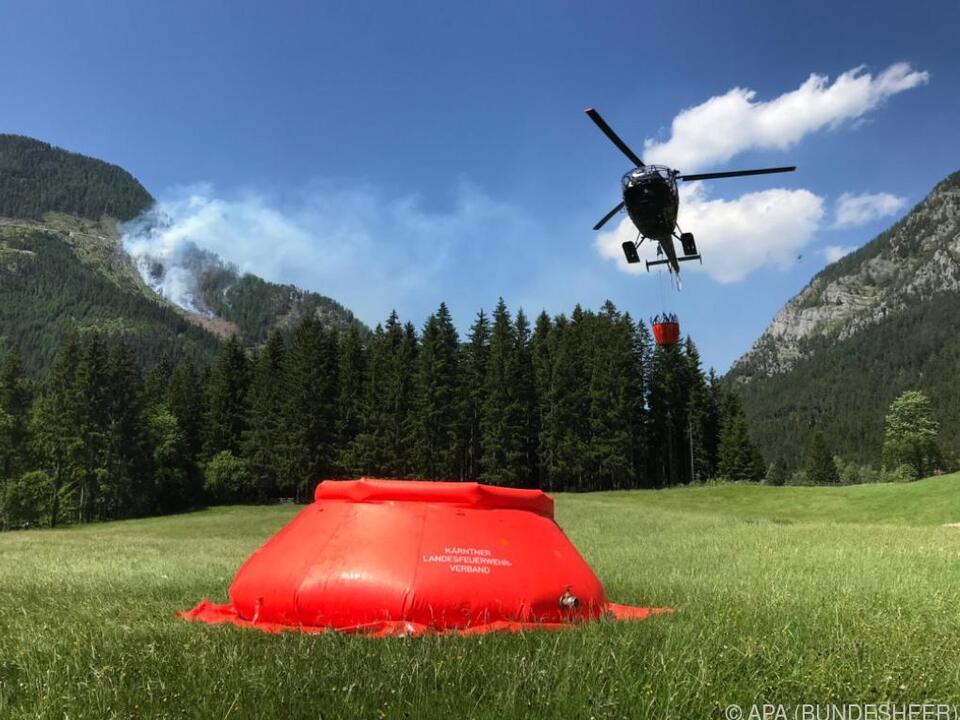 Bundesheer-Hubschrauber unterstützt Feuerwehr bei Löscharbeiten