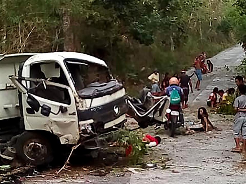 Ein Lastwagen mit 53 Menschen kam von der Straße ab