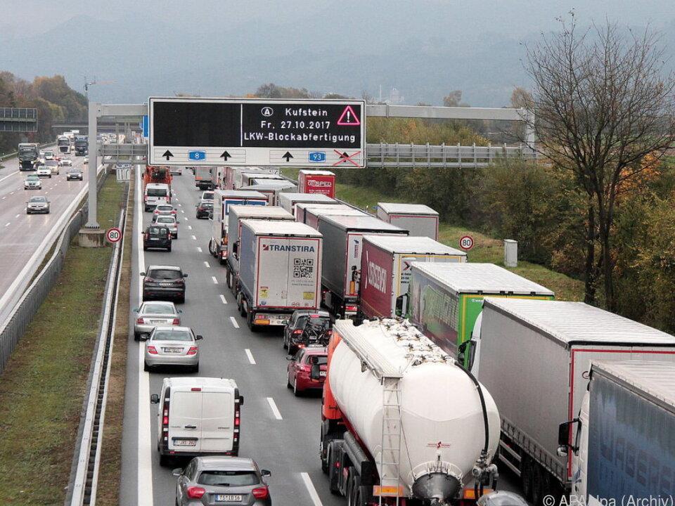 Grund sind die von Tirol verhängten Beschränkungen im Transitverkehr