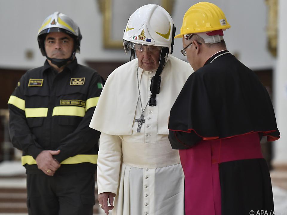 Papst mit Helm besuchte Kathedrale von Camerino