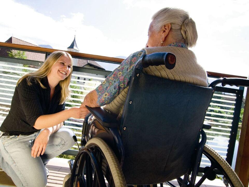 rollstuhl pflege altenheim Zu fit fürs Seniorenwohnheim, zu pflegebedürftig für zu Hause: Im begleiteten und betreuten Wohnen gibt es für Senioren eine \