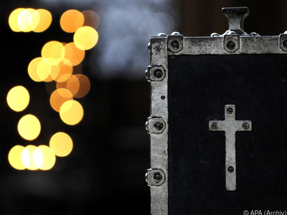 Der Tatverdächtige soll mit Klebeband Münzen herausgefischt haben opferstock diebstahl kirche spende sym