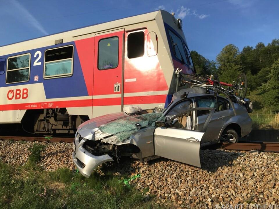 Der Wagen wurde auf den Gleisen mitgeschleift