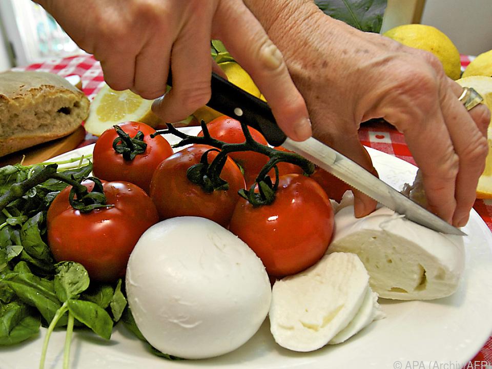 Sommergericht Mozzarella mit Paradeisern und Basilikum