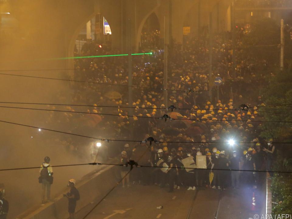 Tränengas in Richtung der Demonstranten