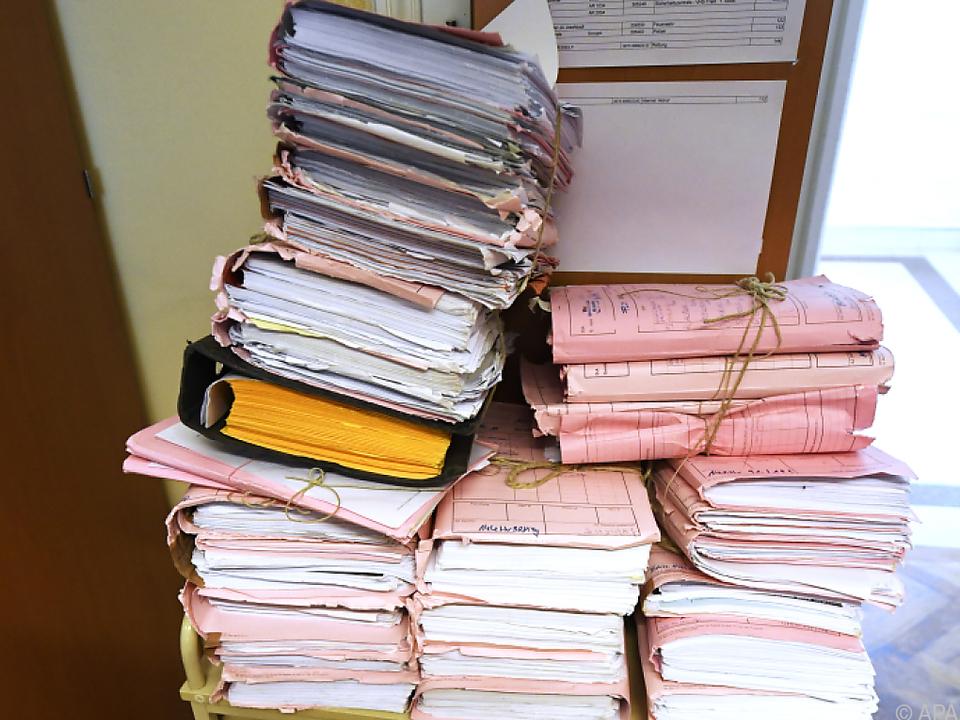 Überall stapeln sich Akten job arbeit büro gericht