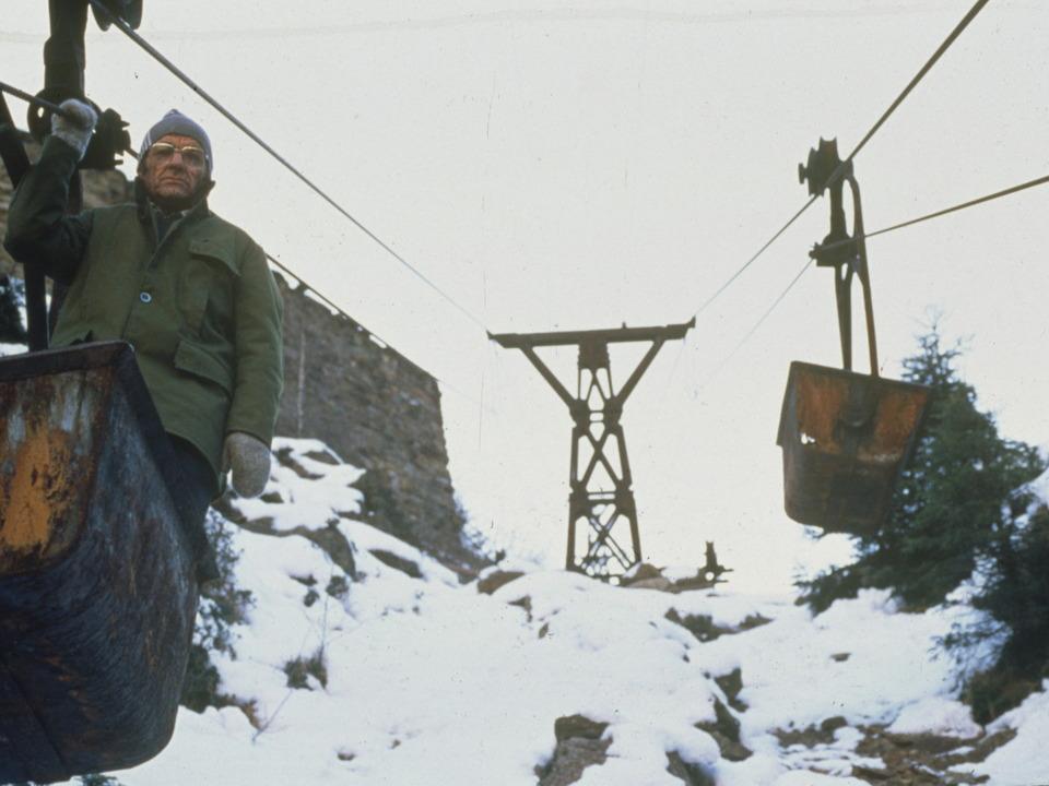 60er Jahre Der Knappe Benedikt Hochrainer  bei seiner täglichen Inspektion der Schwebebahn zwischen dem Schneeberg und Ridnaun
