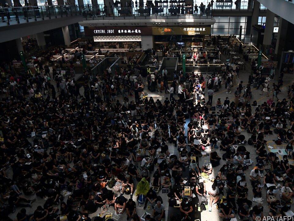 Staaten mit Reisewarnung:Proteste am Hongkonger Flughafen - Erhöhte Sicherheitsvorkehrungen