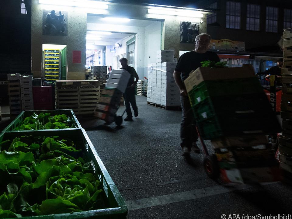 Nachtarbeit in einer Markthalle