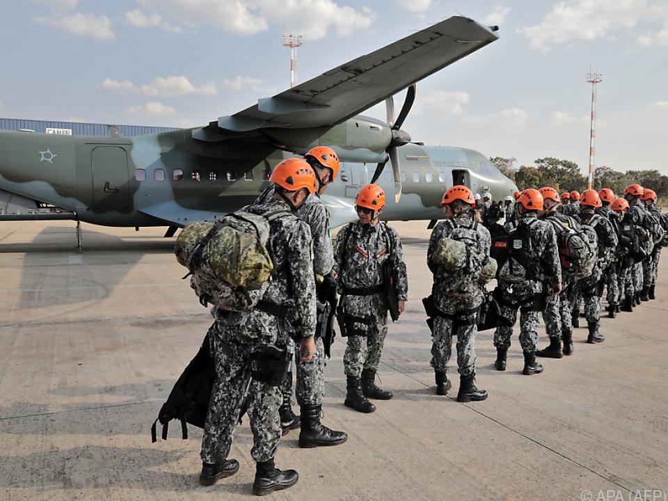 Soldaten helfen bei den Löscharbeiten