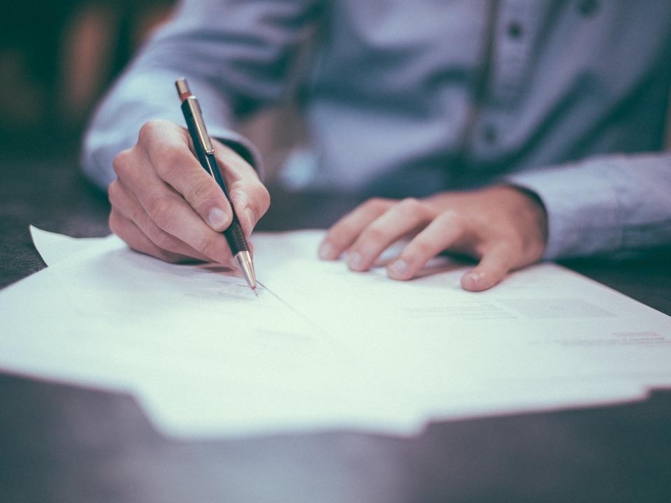 Mann schreiben Unterlagen Bürokratie