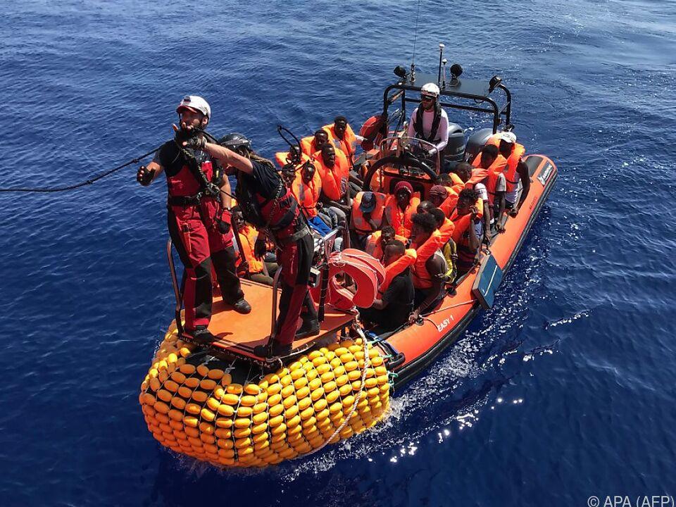 Zahlreiche Migranten hoffen auf Anlandung in Europa