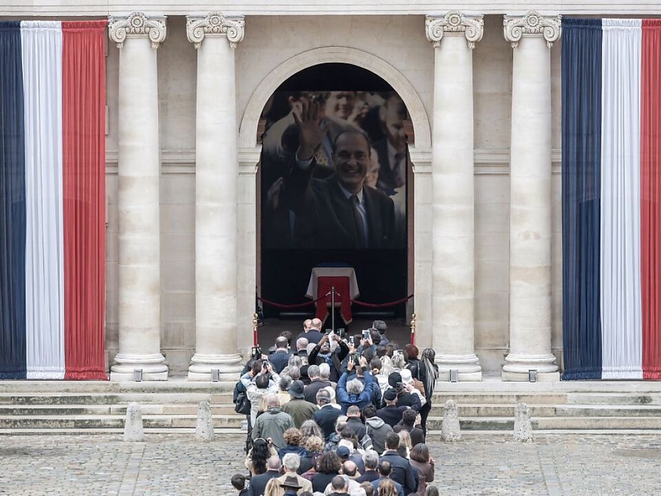 Der Sarg des konservativen Politikers stand im Eingang der Kirche