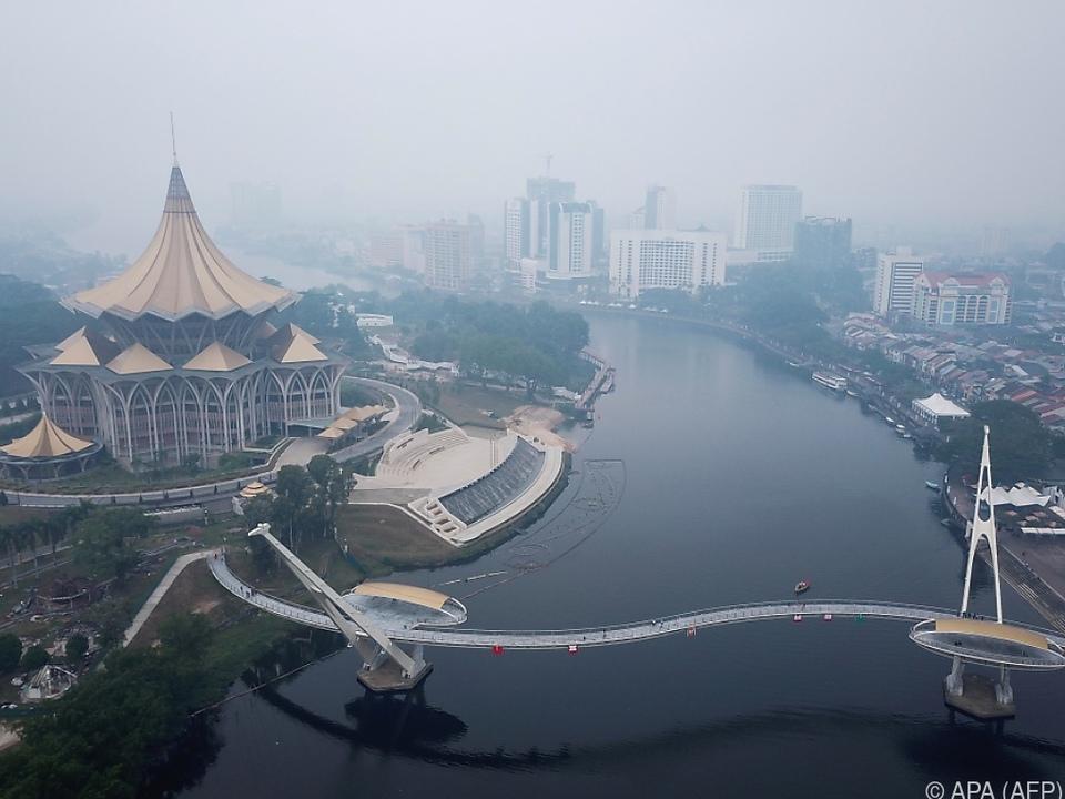 Dichter Rauch über der malaysischen Stadt Kuching