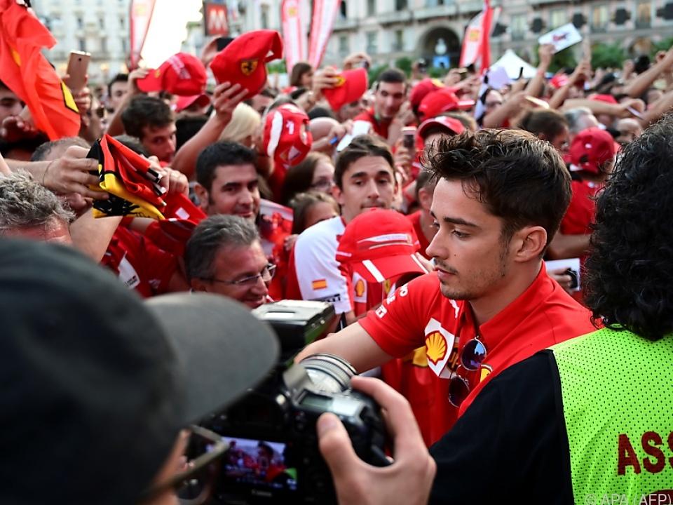 Ein heilsamer Sieg in Rot vor einer begeisterten Menge, ebenso in Rot