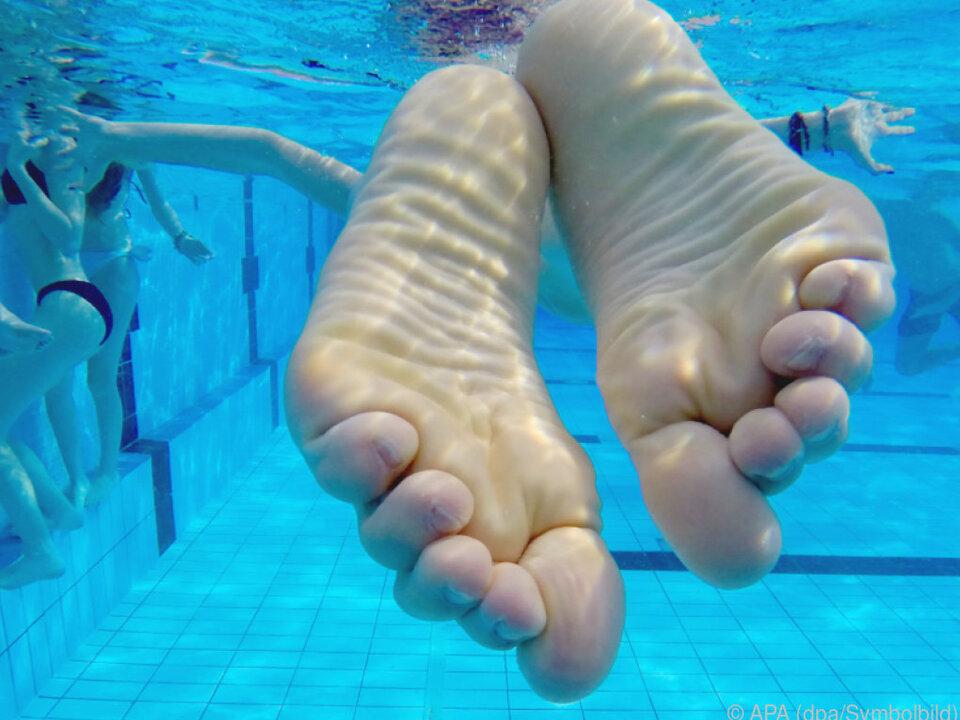 Eine Frau mit Schwimmbrille bemerkte den Mann ohne Badehose
