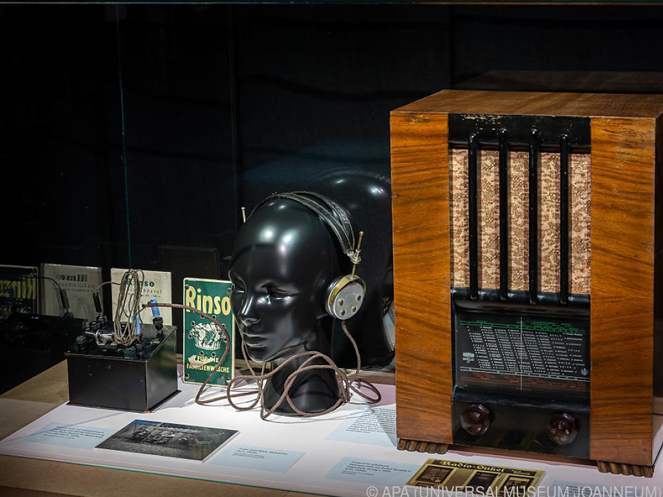Radios, Tonbandgeräte und Raritäten zu sehen
