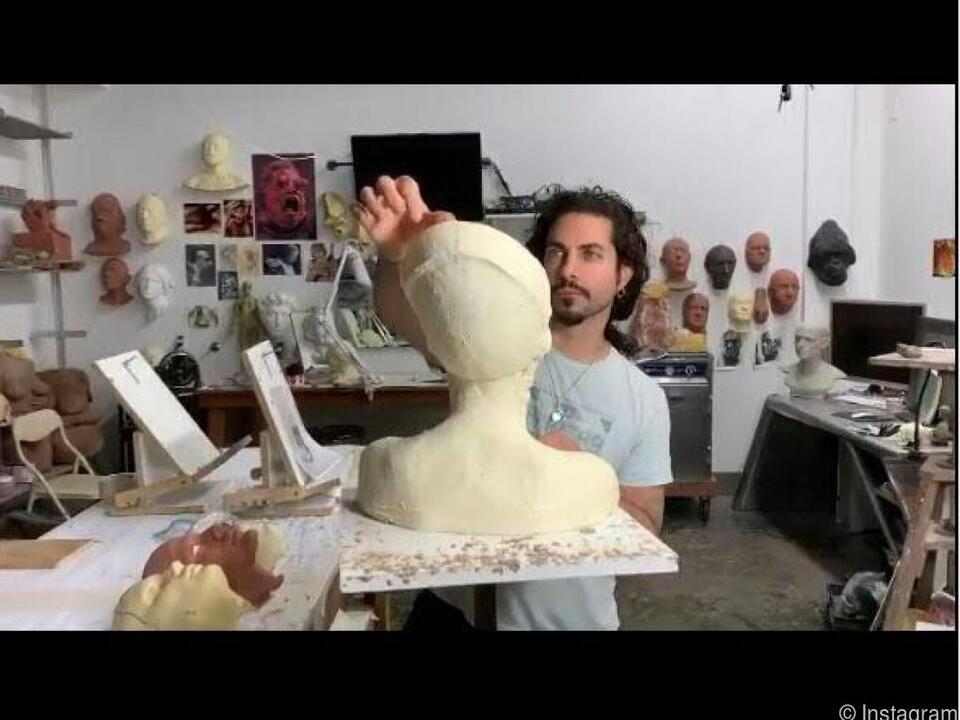 Alien oder Nofretete: Make-up-Künstler Mike Marino bei der Arbeit