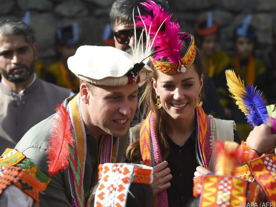 Das Paar erhielt einen traditionellen Hut und Gewänder