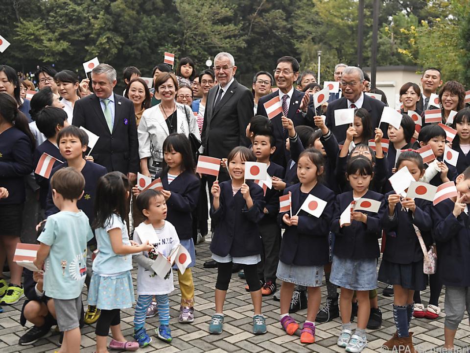 Der Bundespräsident wurde von japanischen Kindern empfangen