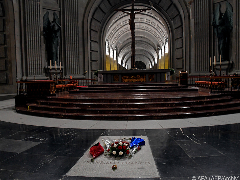 Die sterblichen Überreste werden aus dem Mausoleum nahe Madrid entfernt
