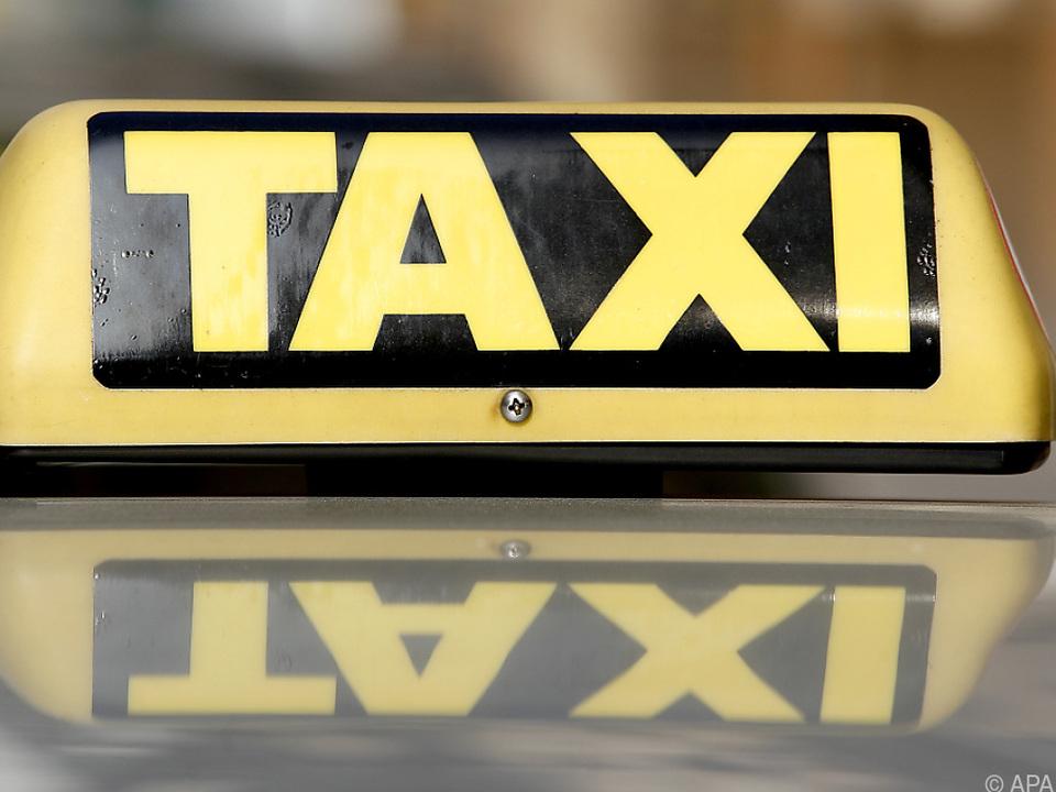 Taxifahrer hatte offenbar nichts gegen den Grabstein einzuwenden