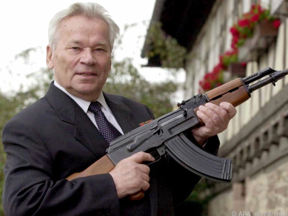 Waffen-Konstrukteur Kalaschnikow mit seiner AK-47