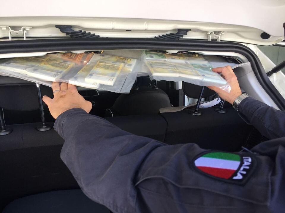 foto sequestro valuta