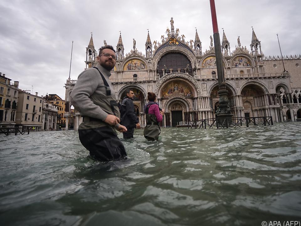 Markusplatz versinkt im Wasser