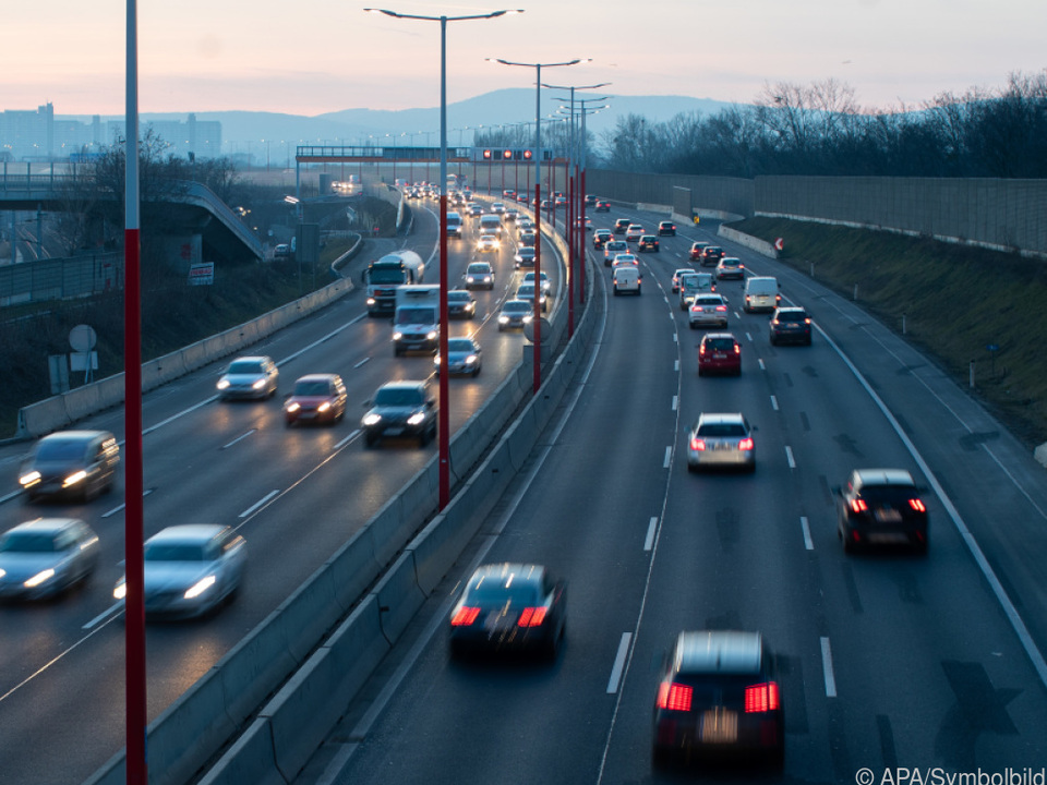 Mehr als die Hälfte der Arbeitnehmer pendelt pendler verkehr autobahn