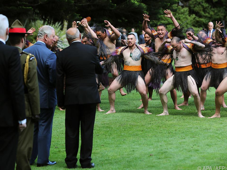 Prinz Charles lässt sich vom Maori-Tanz Haka nicht einschüchtern