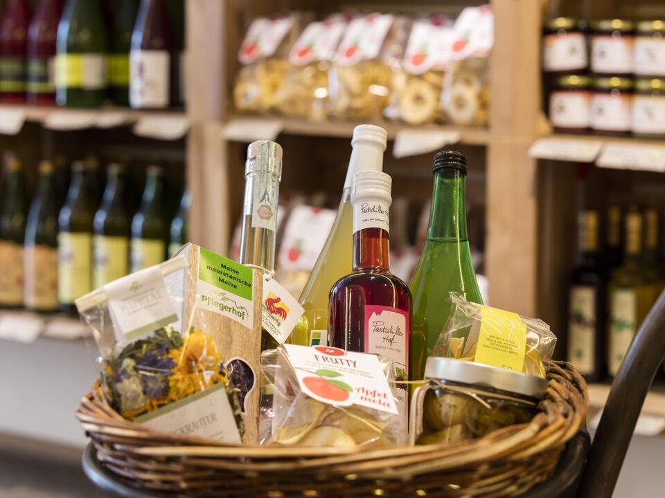 Südtirol, Meran, PUR, Verkaufsregal des Roten Hahns, Regionale Produkte, Verkauf, Markt, Geschenkekorb roter Hahn