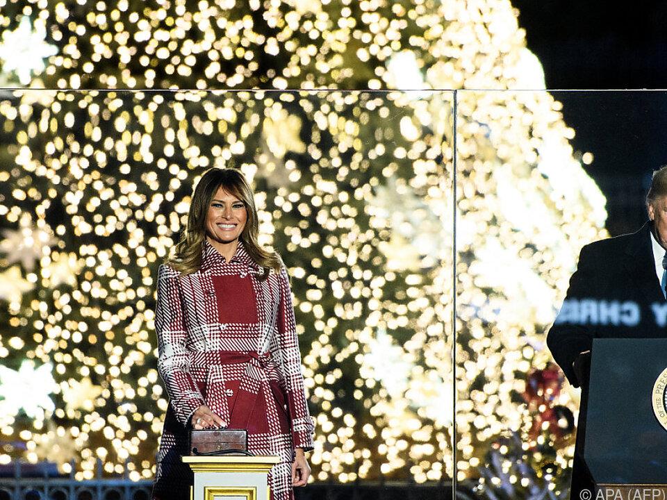 Per Knopfdruck erstrahlen der Baum und die First Lady