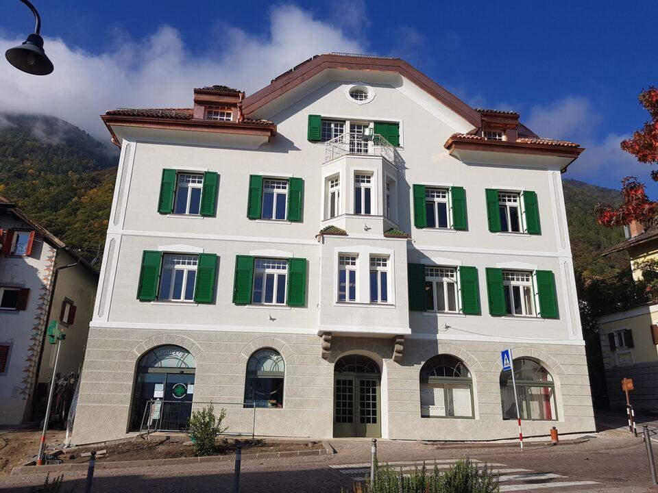 Die energetische Sanierung von öffentlichen Gebäuden - im Bild das sanierte Rathaus von Marling - wird künftig noch attraktiver. (1054340_Rathaus_Marling_nach_Sanierung