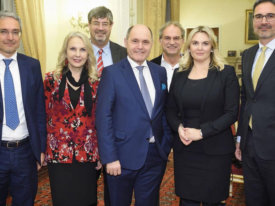 Nationalratspräsident Wolfgang Sobotka (Mitte) mit Südtiroler Landeshauptmann Arno Kompatscher (rechts) und den Südtiroler Senatoren und Abgeordneten