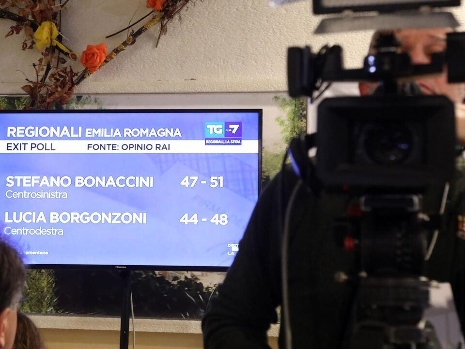 L\'attesa dell\'esito del voto nella sede del comitato elettorale di Stefano Bonaccini alla Casa dei popoli di Caselcchio, Bologna, 26 gennaio 2020.