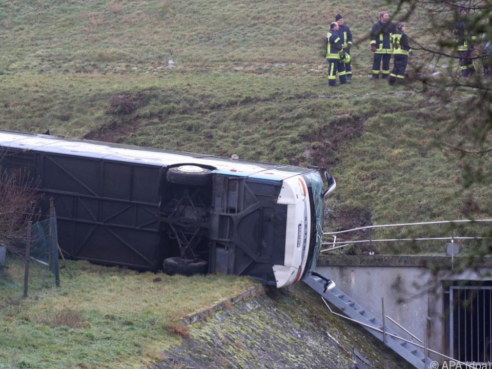 Bus rutschte in Graben
