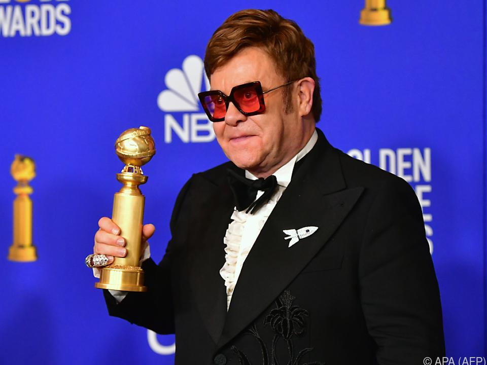 Elton John trägt \